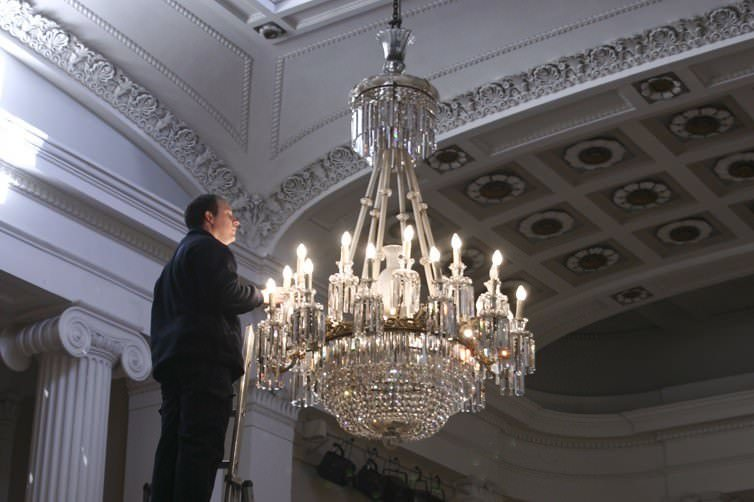 SPECTACULAR CHANDELIER RESTORATION AT THE PITTVILLE PUMP ROOM, CHELTENHAM